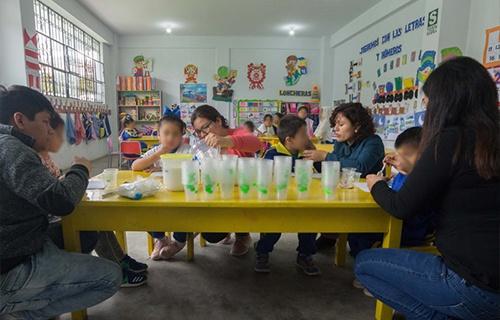 niños probando ferro quinua